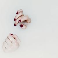 Un sueño de uñas rojas